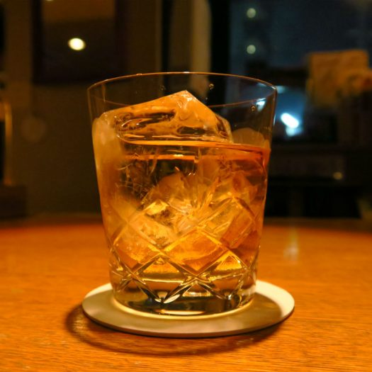 ウイスキーと窓の街灯り
